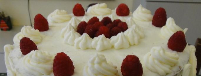 Torta di panna, mirtilli con farcitura di crema al pistacchio e cioccolato